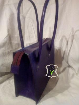 sac à main en cuir tannage végétal violet, doublure en mouton velours vert. Montage sellier, fermeture par glissière