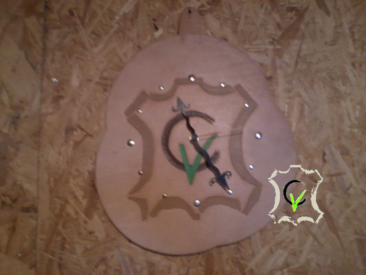 horloge en cuir tannage végétal naturel avec motif repousé