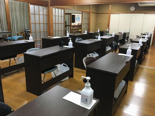 全ての机に手指消毒液を設置しています。