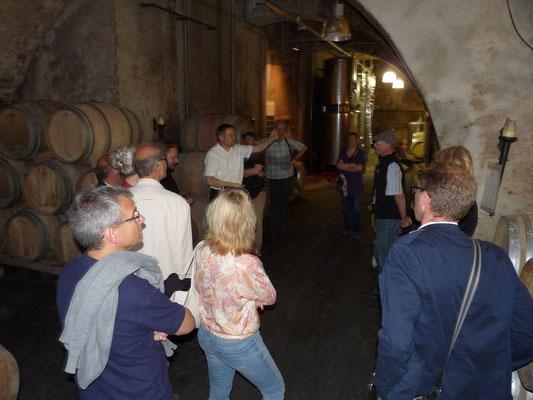Der Gewölbekeller des Ebringer Schlosses: an diesem geschichtsträchtigen Ort reift unser Rotwein in Eichenholzfässern