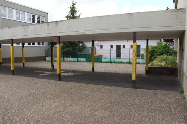 Auch der Blick aus dem  kleinen Innenhof ist nicht viel besser. Ein vergitterter Blick auf den Versorgungshof der angrenzenden Kindertageseinrichtung. Außer Mülltonnen und Containern gibt es hier nichts zu sehen.
