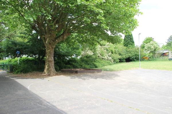 ... ein Sandkasten (für über 200 Schüler/innen, übrigens an der einzigen Stelle, die zumindest Vormittags Schatten bietet) ...