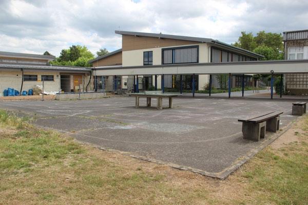 Derzeitiges Spielangebot auf dem Schulgelände:  eine Tischtennisplatte und ... (die beiden Bänke rechts am Rand sind übrigens die einzigen Sitzgelegenheiten auf dem großen Hof) ...