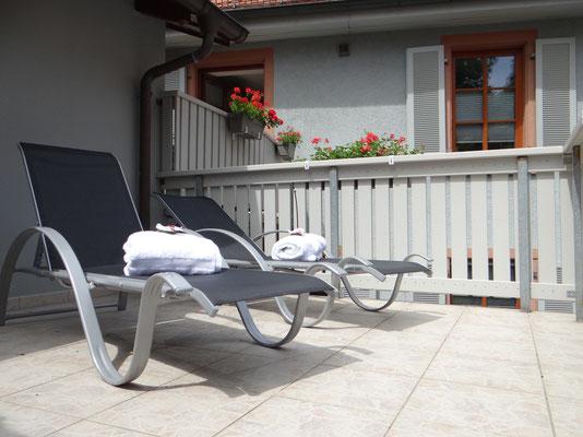 Terrasse mit Sonnenliegen des Wohlfühlbereich.
