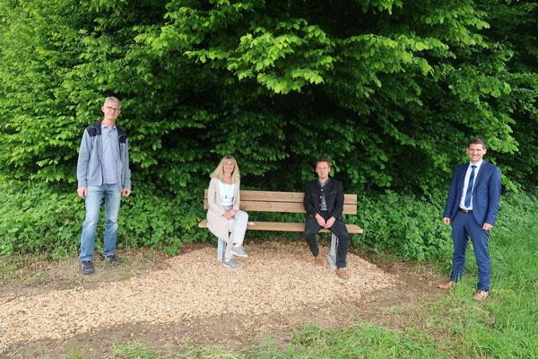 Gerhard Gstöttner, Rosi Balleisen vom Gartenbauverein Törring sowie Richard Stangl, Daniel Schader von der VR-Bank