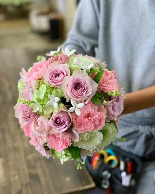 ピンクのバラでラウンドブーケ