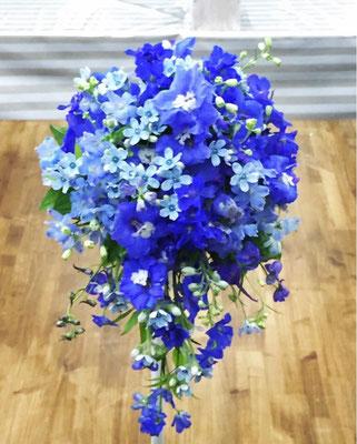 ブルーの小花が綺麗なキャスケードブーケ
