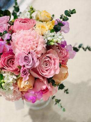 キュートな花を束ねて優しい印象