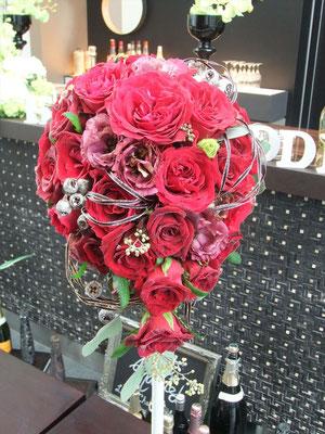 真っ赤なバラでティアドロップ