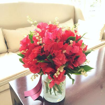 春に赤いスイートピーで揺れる花が素敵