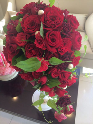 かっこいい深紅のバラでキャスケードブーケ