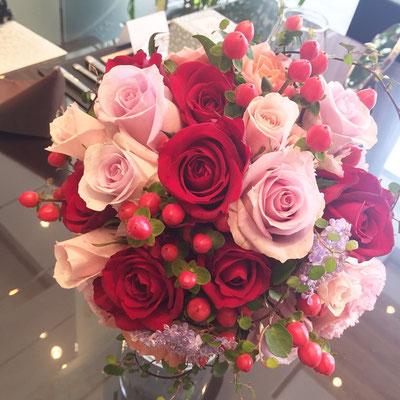 ピンク×レッドのカラードレスのブーケ