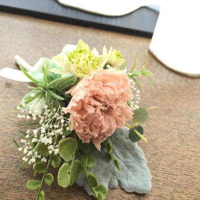ブートニアもブーケと同じお花で