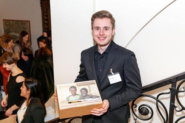 """Cédric Stoll sammelt Spenden für das IAW """"Water and Pads"""" Projekt"""