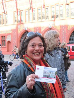 Leila Straumann, Leiterin Fachstelle Gleichstellung Basel-Stadt, mit der neuen frbb-Postkarte