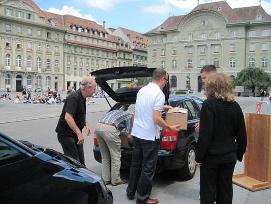 Ein Bundesweibel hilft beim Ausladen vor dem Bundeshaus.