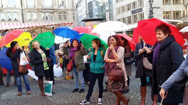 Teilnehmerinnen auf dem Marktplatz