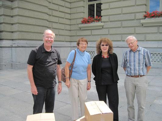 Werner und Valérie Bolliger, sowie Rolf Keller und Ursula Nakamura vor dem Bundeshaus.
