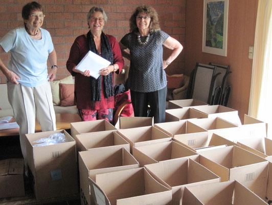 U.Nakamura, U.Krattiger, V. Bolliger vor den Kisten mit 250 Büchern - bereit fürs Bundeshaus!