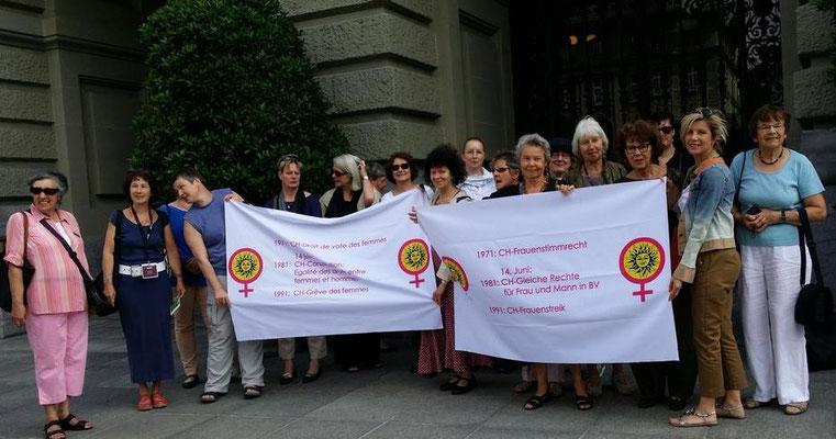 Nach dem spannenden Frauenstadtrundgang Gruppenbild vor dem Bundeshaus