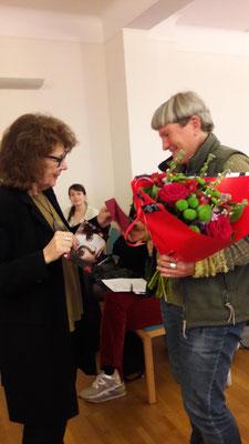 Dank und Blumen an Mo Ruoff - Leider war Marianne Herrera beruflich verhindert, mit dabei zu sein.