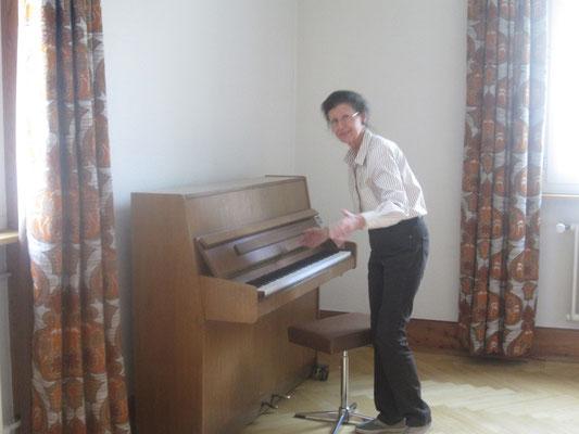 Liselotte Kurth spielt als Auftakt ein paar Klänge auf dem Klavier.