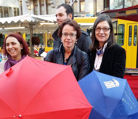 Eva Herzog, Regierungsrätin, nimmt die Wünsche der Frauen entgegen.
