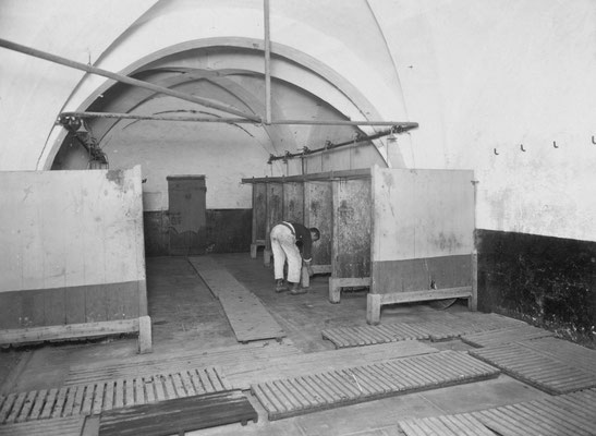 Les douches de la prison de Clairvaux © Henri Manuel / Fonds Manuel / ENAP–CRHCP