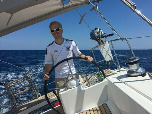 Alle durften das Ruder übernehmen und das Boot auf Kurs steuern. Wer das Schiff auf einem geraden Kurs führen kann, der hat auch Talent zum Segeln. Ist das nicht auch an Land so?