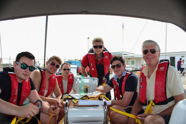 """Bei uns gilt """"Safety first"""". Sicherheitsübung vor dem Auslaufen: Auf Anweisung des Skippers und auf jeden Fall nachts trägt jeder an Deck """"seine"""" Rettungsweste."""