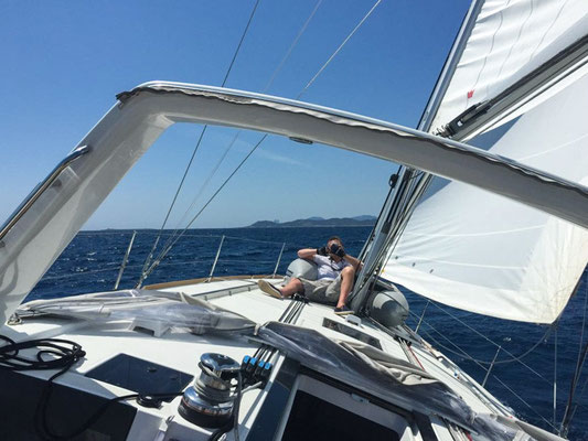 Die Segel sind richtig getrimmt. Wir rauschen unter dem blauen Himmel über das glatte Meer unserem Ziel entgegen.