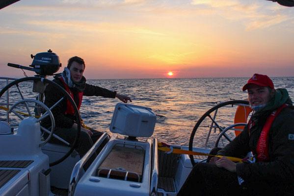 Sonnenuntergang vor Formentera: wir genossen ein leckeres Dinner und den freien Sternenhimmel über uns, und wir ließen uns in der Nacht in unseren Kojen sanft von den Wellen schaukeln.