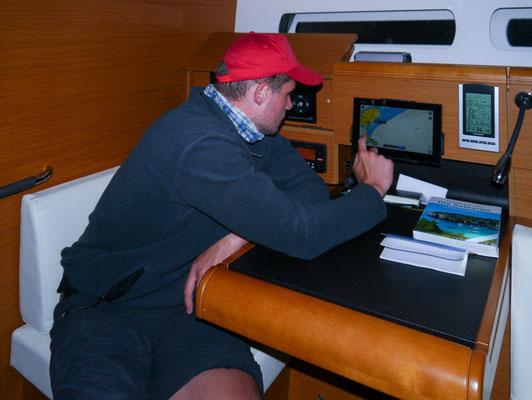 Die modernen Segelboote sind mit viel Elektronik ausgerüstet: Wir finden unseren Zielhafen mit GPS und Plotter (Bildschirm mit Seekarte).