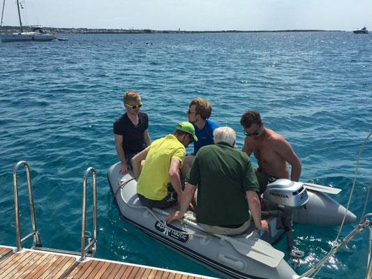 Auf Formentera lagen wir vor einem der schönsten Strände der Balearen. Mit dem Beiboot: Start zum Landgang in den Hafen von La Savina.