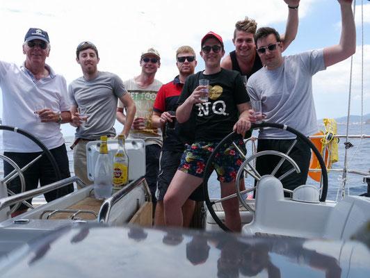 Skipper und Mannschaft beim Sundowner: richtige Seebären trinken Rum...