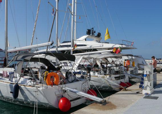 Zwei fast neue Yachten mit 43 und 45 Fuss, gut gepflegt von einer deutschen Chartergesellschaft, boten genügend Raum für je 7 Mann.
