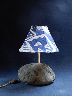 Tischlampe, Sandstein,       bis 60W,      Höhe 36 cm,     CHF 80.-,     Lieferbar