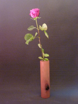 Blumenvase aus Nussbaum mit Ast,     ca. 7x30 cm     CHF 40.-
