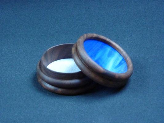 Döschen aus Nussbaum / Colorescentglas,      8x4 cm     CHF 40.-