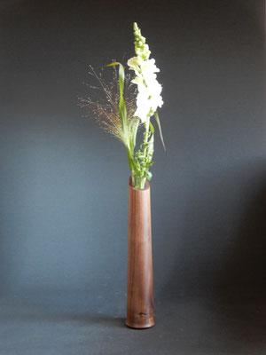Blumenvase aus Schwarznuss,     ca. 6,5 x 32 cm,     CHF 45.-,