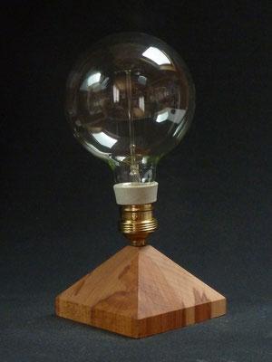 Tischlampe mit Glühbirne 40W, Buchenholz       Höhe ca. 28 cm     CHF 95.-
