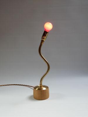 Tischlampe aus Eiche/Messing/Blei     Höhe ca. 44 cm     CHF 95.-     Lieferbar