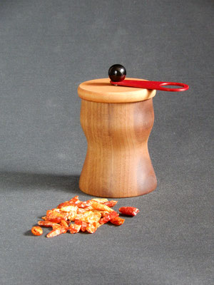 Wauwau-Mahlwerk für getrockneten Chili,     Nuss-/Kirschbaum,     ca. 7x 11 cm,     CHF 85.-