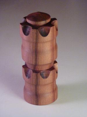 Ulme/Keramik,      für Pfeffer, Salz oder andere Gewürze,     ca. 17 cm,     CHF 120.-