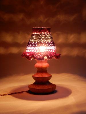 (Nacht-)Tischlämpchen,     gehäkelte Wolle/Buchenholz,     ca. 16 x 27 cm,     CHF 150.-,
