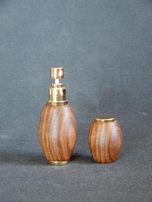 Parfumzerstäuber zum mitnehmen,     Schwarznuss,     ca. 30 x 85 mm,      CHF 30.-,     Lieferbar