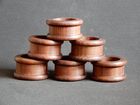 Serviettenringe aus Schwarznuss,     6 Stück,     innen 40 mm,     CHF 30.-,     Lieferbar