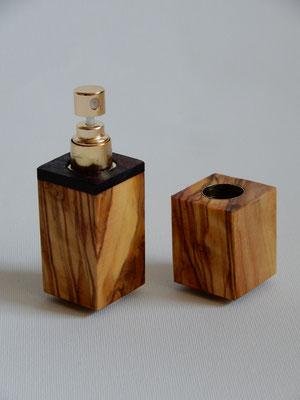 Parfumzerstäuber zum mitnehmen,     Olivenholz/Palisander,     27 x 87 mm,     CHF 30.-,