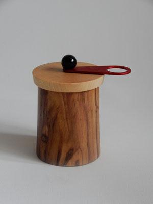 Wauwau-Mahlwerk für getrockneten Chili,   Olivenholz/Ahorn,   ca. 8 x 11 cm,    CHF 100.-