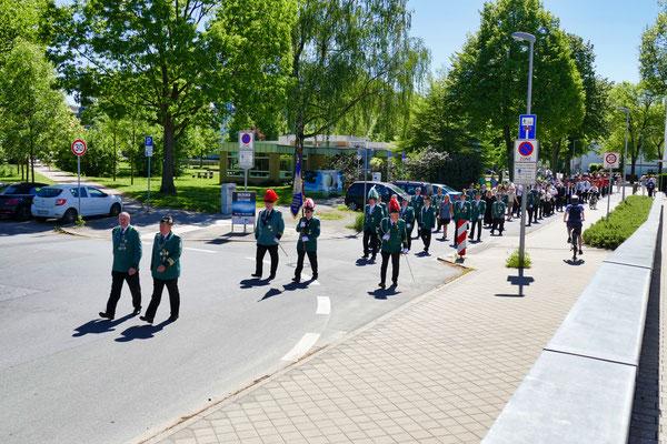 Einweihung des neuen Schießstandes am 06.05.2018: Festzug zum Gerberplatz (Foto: Peter Adelskamp)